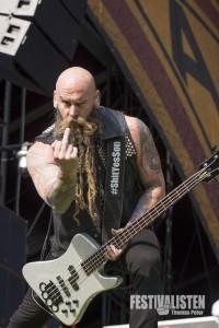 Chris Kael von Five Finger Death Punch beim Rockavaria 2015, Foto: Thomas Peter