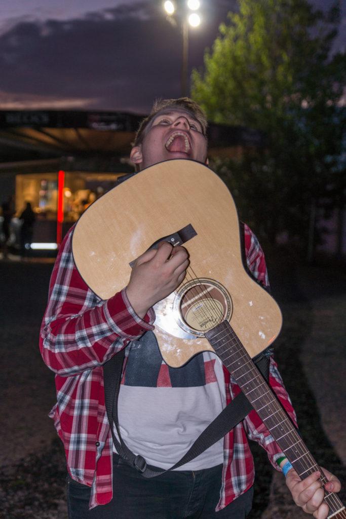 Steffen mit damals noch vollkommeen intakter, neuer Gitarre, Highfield 2016 - Nichtöffentlicher Bereich, Foto: Thomas Peter